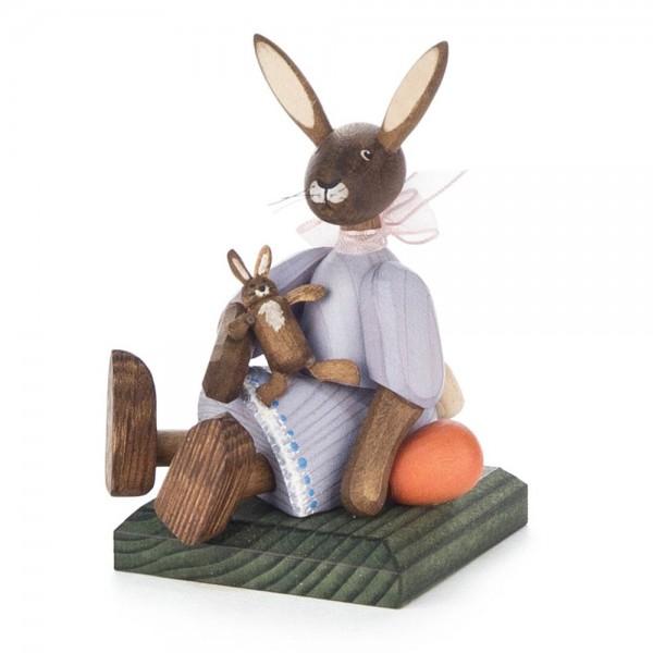 Dregeno Erzgebirge - Hasenmädchen mit Puppe, sitzend