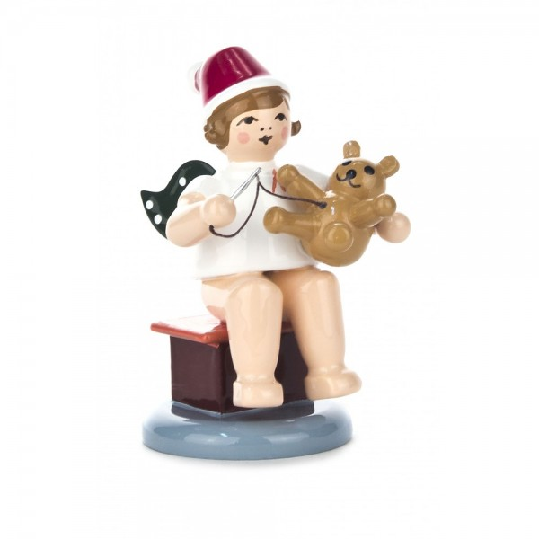 Dregeno Erzgebirge - Weihnachtsengel sitzend, mit Teddy und Mütze
