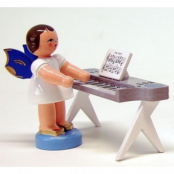 Uhlig Engel stehend am Keyboard, blaue Flügel