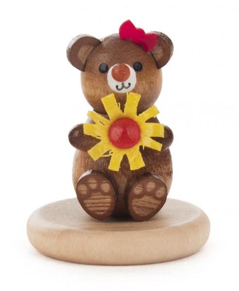 Dregeno Erzgebirge - Bär mit Blume auf Sockel