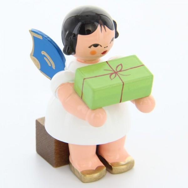 Uhlig Engel sitzend mit Geschenk, blaue Flügel, handbemalt