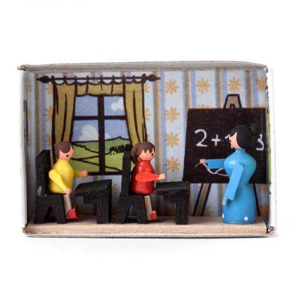 Dregeno Erzgebirge - Miniatur-Zündholzschachtel Schulzimmer mit Lehrerin