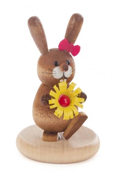 Dregeno Erzgebirge - Hase mit Blume auf Sockel farbig, lasiert