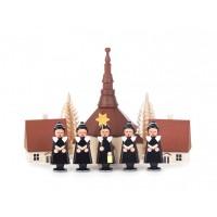 Dregeno Erzgebirge - Kurrende mit Bommelmütze schwarz, mit Kirche, Häuser und Bäumchen